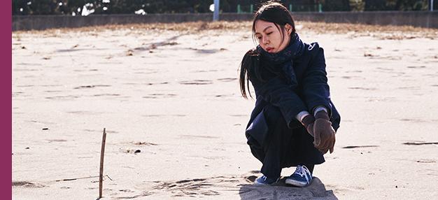 Seule sur la plage la nuit (Bamui haebyun-eoseo honja)